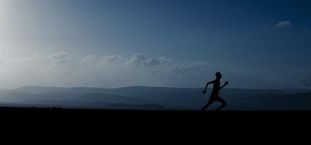 Jarrow Magnesium Optimizer laufender Mann vor Bergen mit blauem Himmel.png