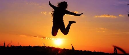 Jarrow Vegan D3 5000 IE springende Frau auf Feld vor Sonnenuntergang.png